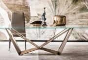 L'eleganza del tuo soggiorno nei dettagli: tavolo Skorpio e Orologio Times di Cattelan Italia
